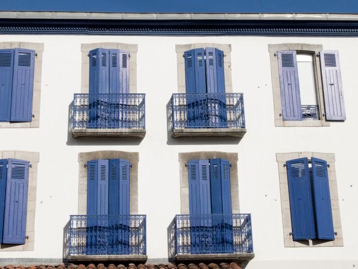 2. Französischer Balkon an mediterraner Häuserfassade