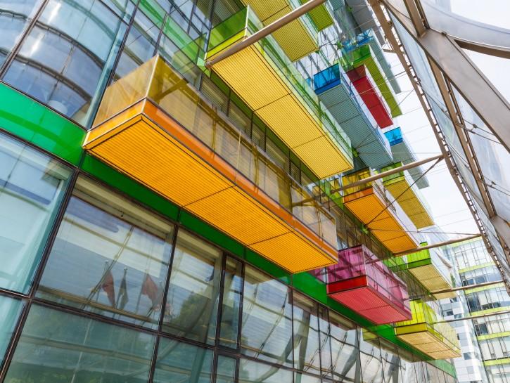 4. Belebende Farbe am verglasten Bürohochhaus