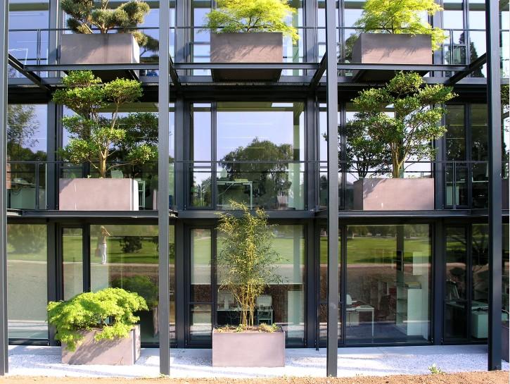 """6. Kein """"Vertical Forest"""", jedoch belebendes Grün am Bürogebäude"""