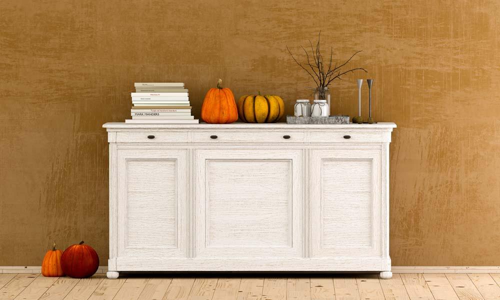 6. Einrichtungstipp fürs Wohnzimmer: ungewöhnliche Kürbisse als Dekoration der Landhausstil-Anrichte in Weiß
