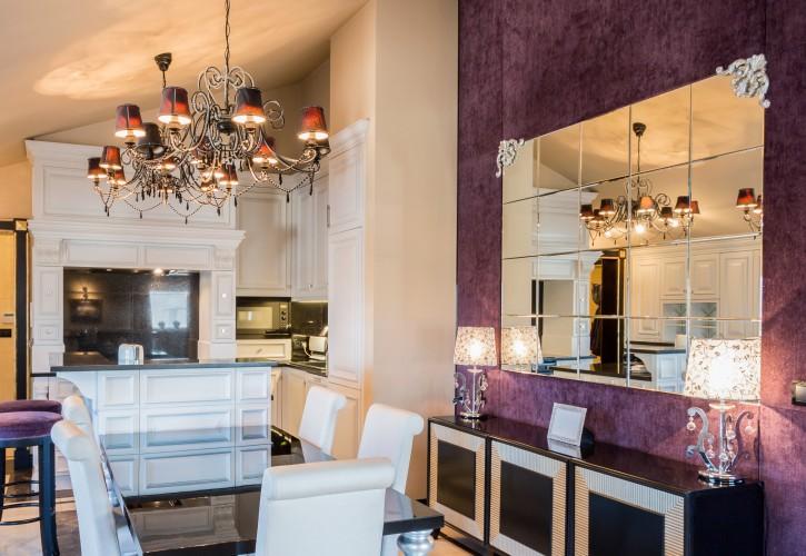 12. Tipp: Spiegel-Glanz und Purpur-Tapete: schwerer Luxus im Überfluss