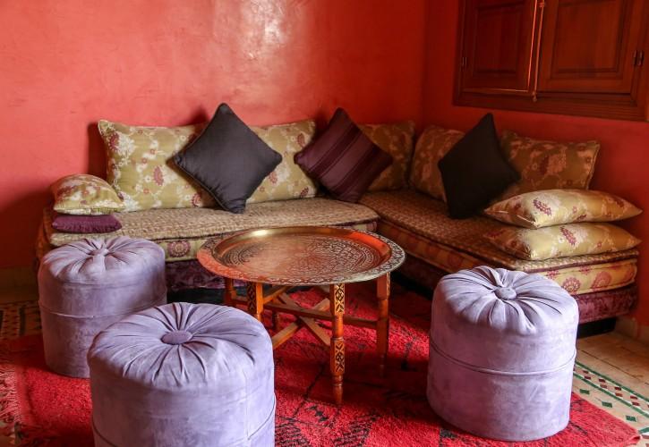 13. Tipp: Salon de Thé: eingefangen von orientalisch roter Tapete