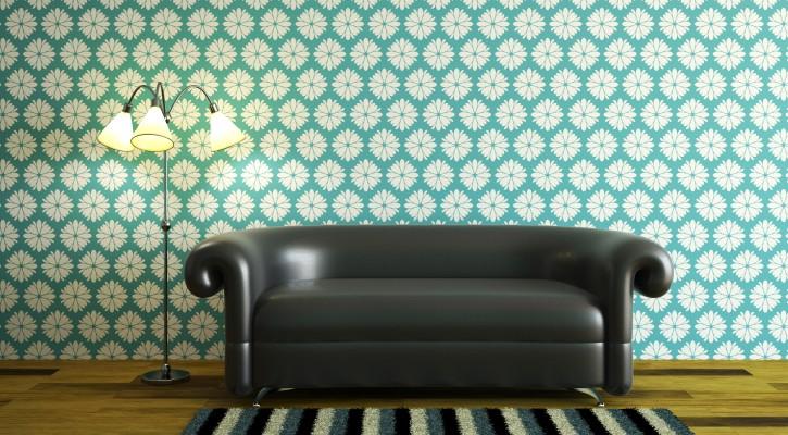 6. Tipp: Margeriten auf türkiser Tapete hinter edlem schwarzem Leder-Sofa