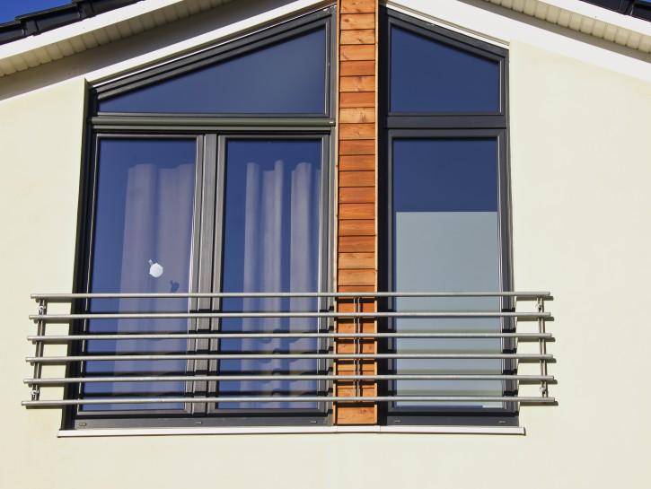 """1. Beispiel: """"Außengeländer vor bodentiefen Fenstern im Zwischengeschoss"""""""