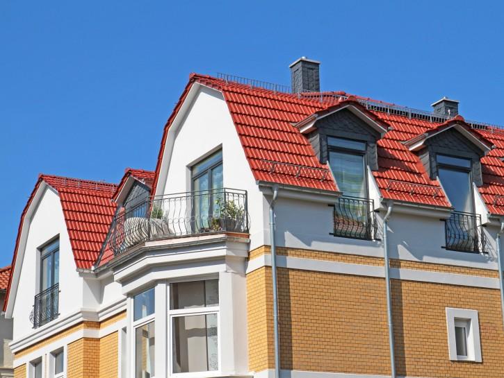 """3. Beispiel: """"Geschwungene Geländer an Balkonen und raumhohen Fenstern"""