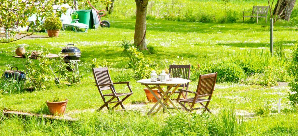 Im Grünen zwischen Obstbäumen und wild wucherndem Gras sitzt mangern auf der Terrasse. Der grill ist auch nicht weit, wenn Freunde zu Besuch kommen. Grillen auf der Terrasse im Naturgarten Das wird ein Fest!