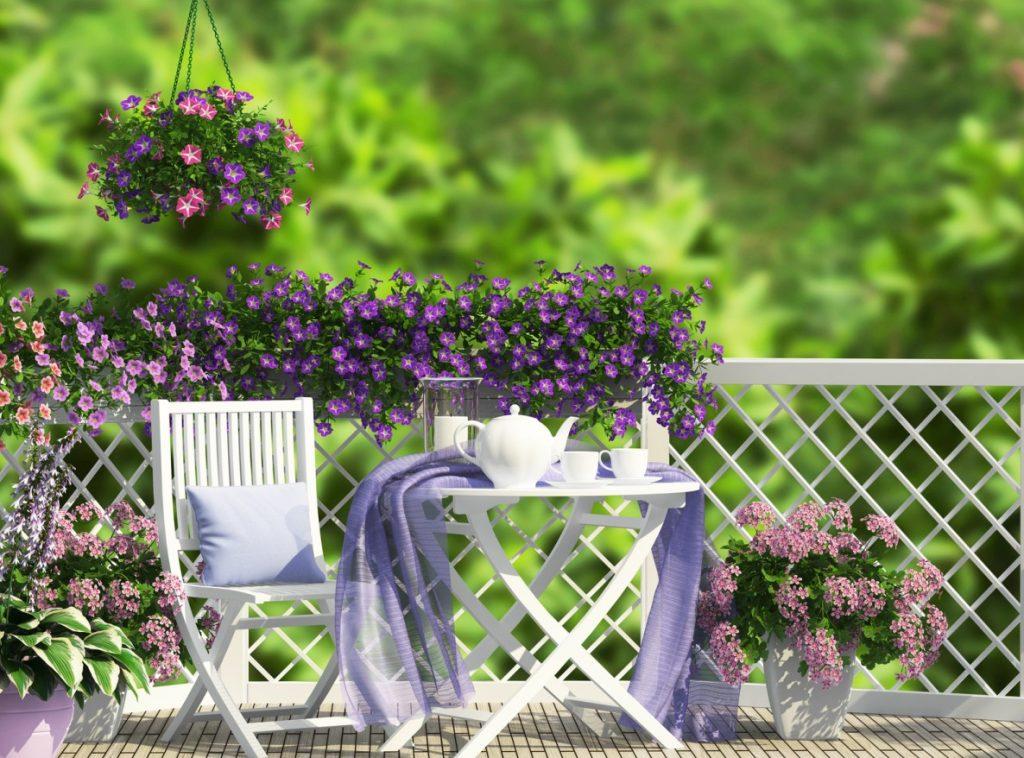 Für die Romantiker unter uns empfehlen wir die Terrasse mit weissen Holzstühlen und Holztisch. Die fliederfarbenen Bänder lassen die Seele aufatmen.