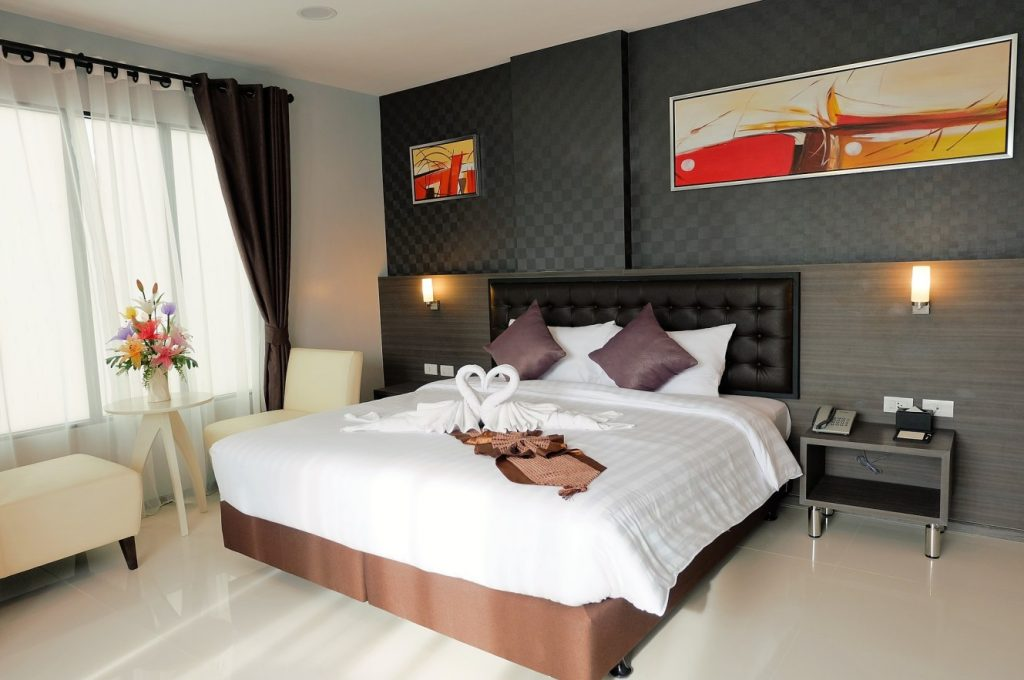 1. Idee für die Tapete im Schlafzimmer: Graue Karos als Kontrast