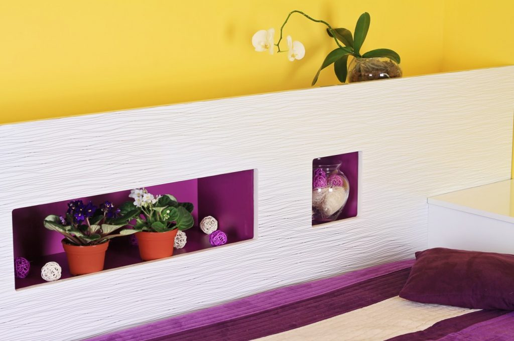12. Idee zu Wandgestaltung: Gelb und Violett als moderne Farben im Schlafzimmer