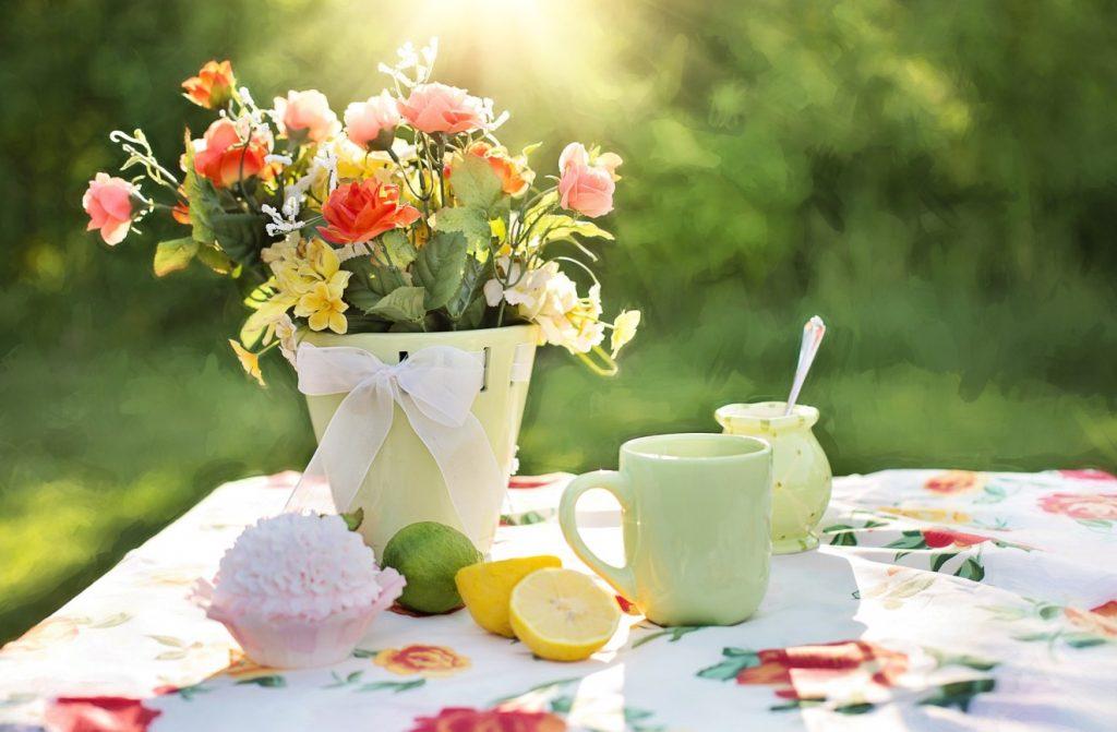 Bäume snd wichtig, dürfen aber nie für sich alleine gesehen werden. Wie wäre es mit einem malerisch weißen Tischchen davor, auf dem eine Vase mit mild duftenden Blumen zu einem Plausch bei Tee oder Kaffee einlädt?