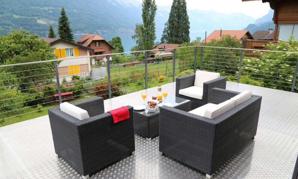 5. Idee: Terrasse mit Korb/Flecht-Möbeln und Bodenbelag aus Aluminium