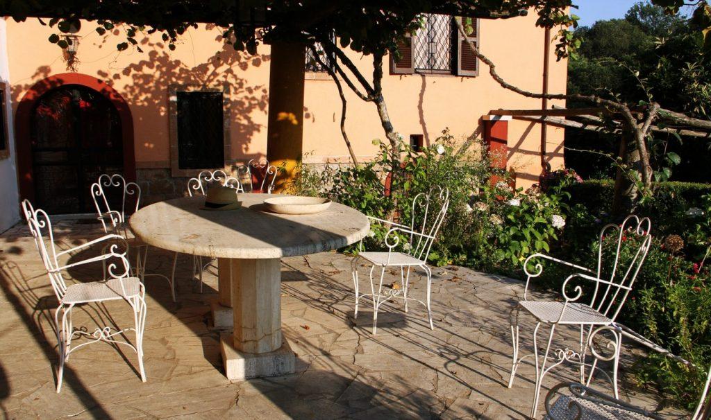7. Beispiel für eine Mediterrane Terrasse mit Marmor und Pflanzen