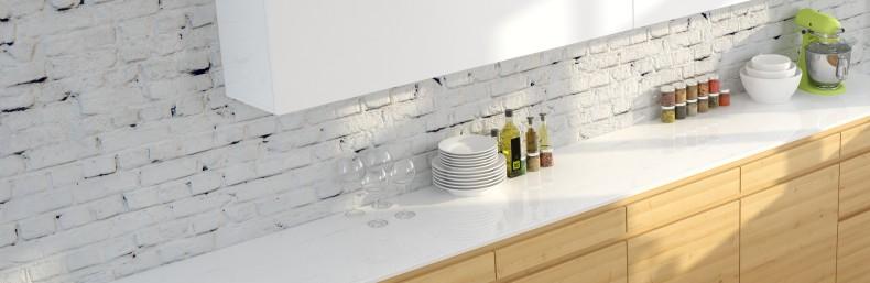 Küchenwände mal ganz anders: eine weiß gestrichene Backsteinmauer als Rückwand für Klappoberschrank und Unterschrank