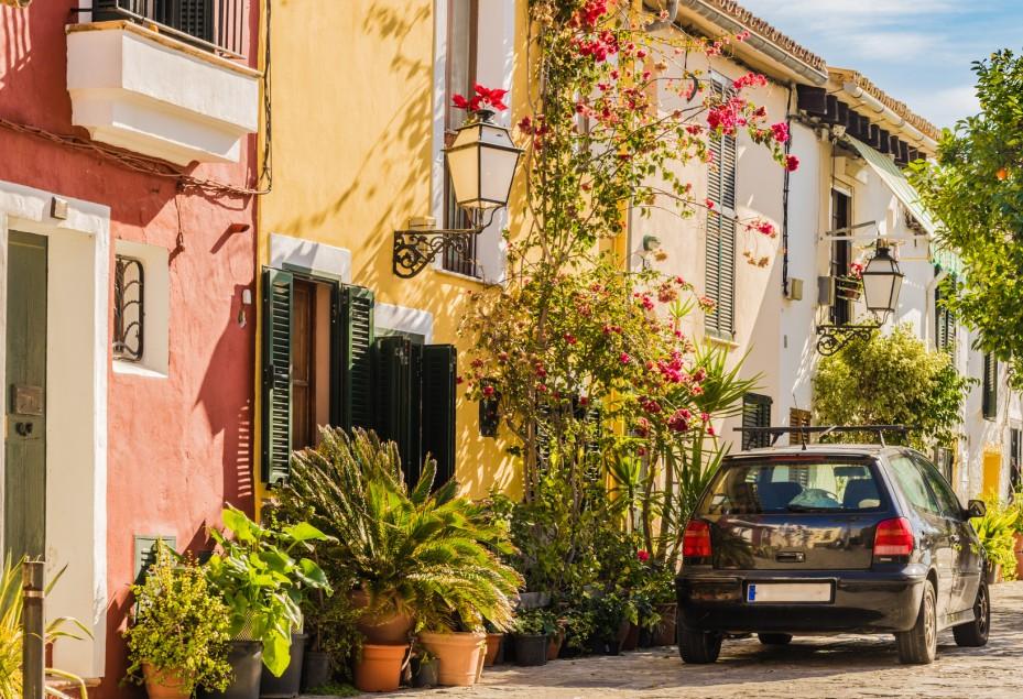Mediterraner Wohnstil, den man von außen bereits erkennen kann. zarte und warme Pastellfarben hauchen Ihrem Haus mediterranes Flair ein.