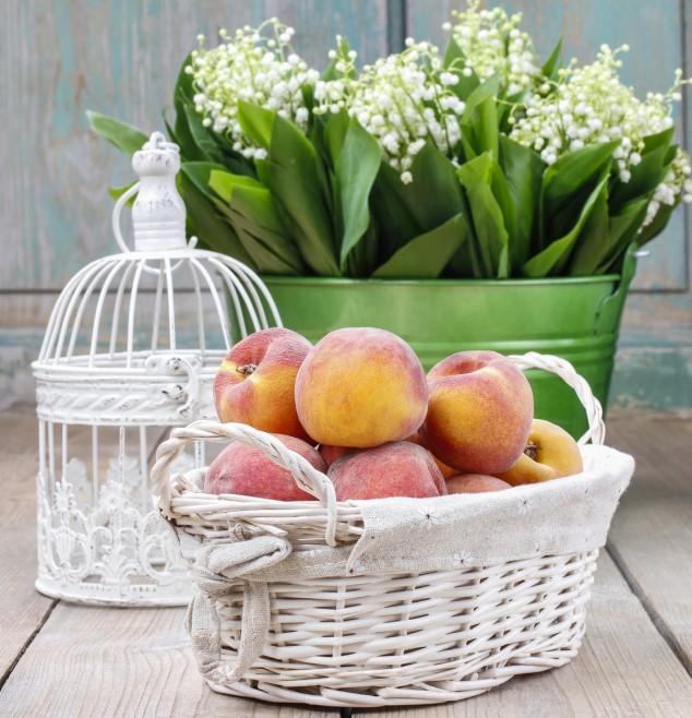 Mediterraner Wohnstil zeigt sich auch und gerade in Details. Ein weißer Obstkorb mit duftenden Früchten empfängt mit südländischem Charme.