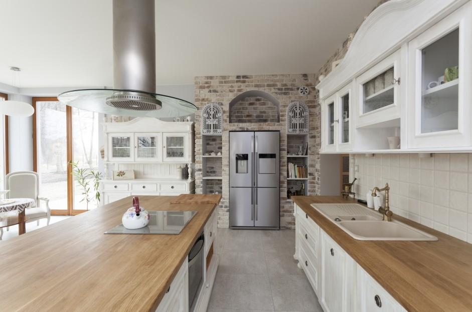 Mediterraner Wohnstil, das ist auch stets viel Licht. Helle Werkstoffe an allen Plätzen in der Wohnung. Die Küche darf da nicht ausgenommen werden.
