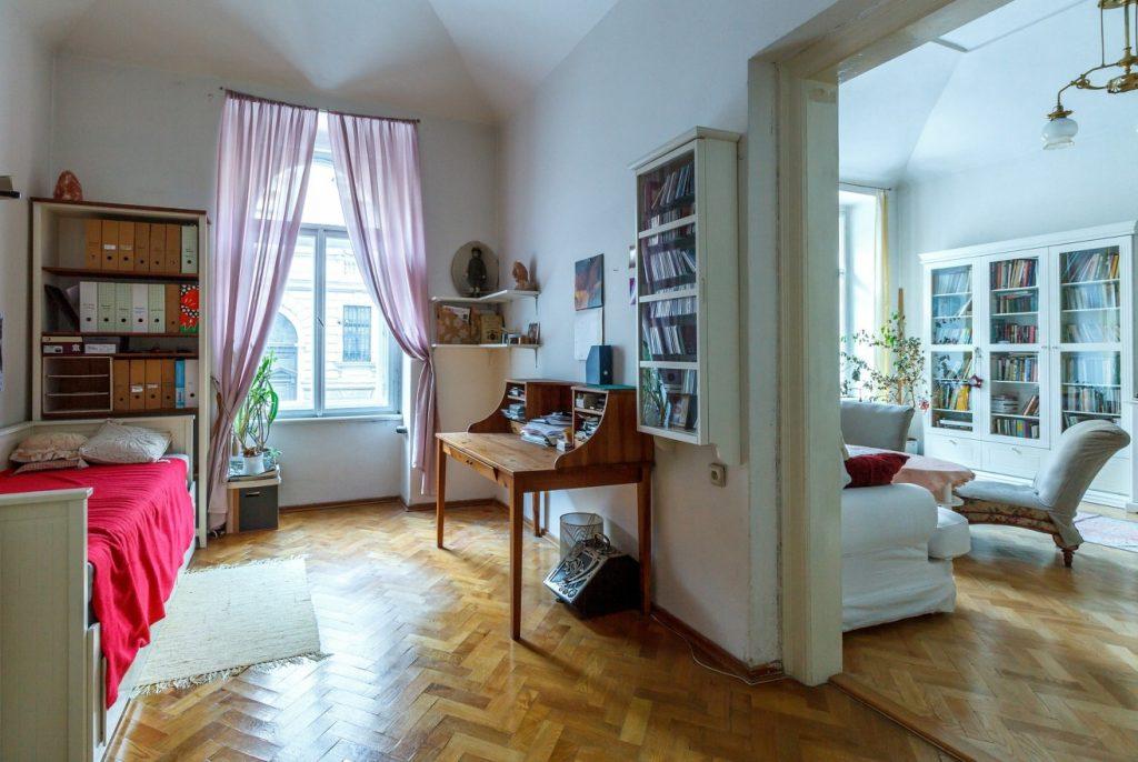 8. Accessoires im kleinen Schlafzimmer stets vorsichtig einsetzen: Kissen, Pflanzen, Bücher, Figuren
