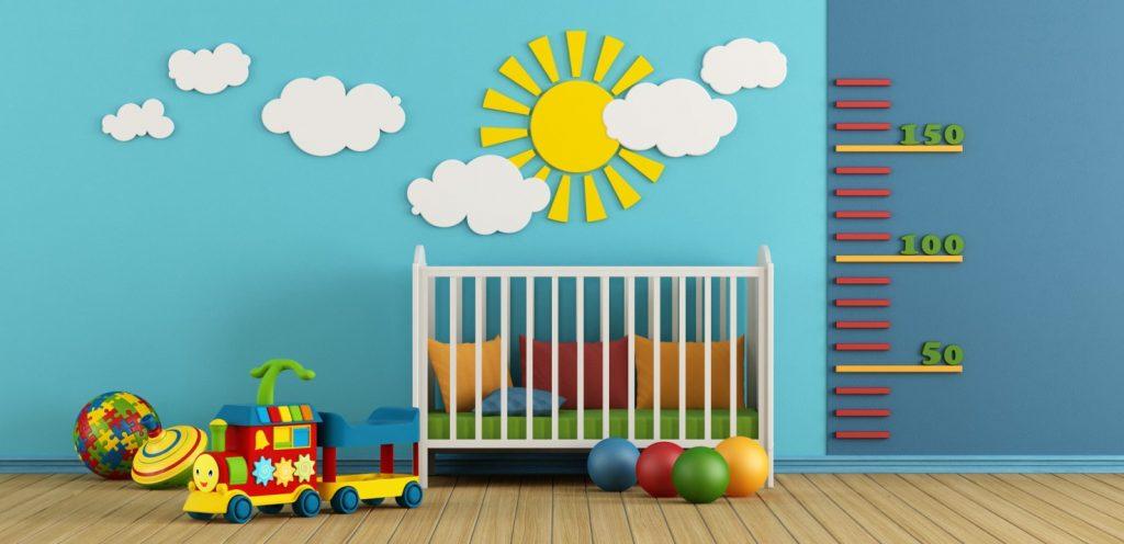 Vier Tipps für ein freundliches Babyzimemr auf einmal: Die Sonne in das Babyzimmer hereinlassen, Bunt ist Trumpf, Die Messlatte hoch hängen, Einen Holzfußboden als warmer Kontrast