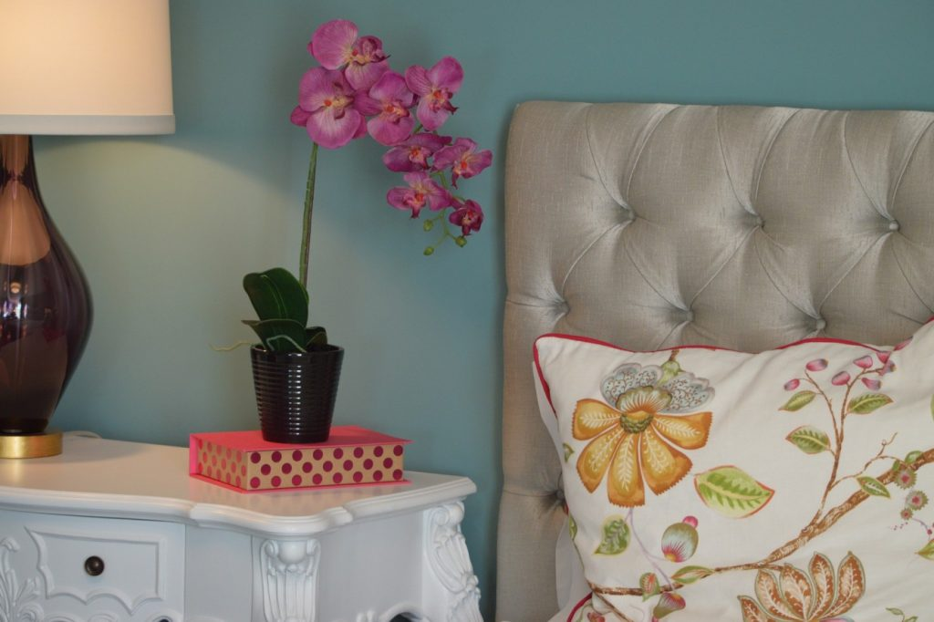 13. Blumen bringen Leben in das kleine Schlafzimmer