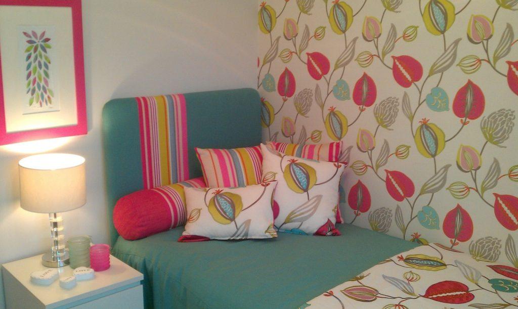 15. Bunte Kissen, Blumen, Streifen bringen Leben in das kleine Schlafzimmer