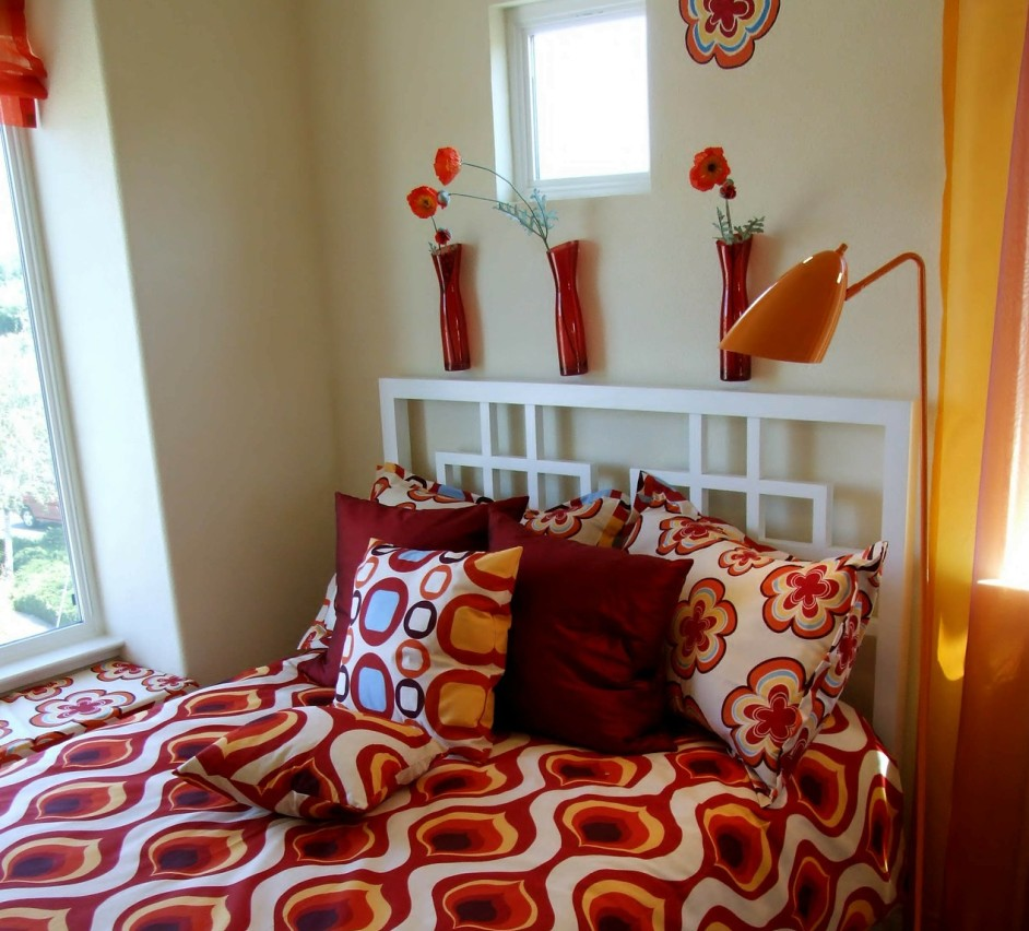 16. Weiße Wände, bunte Decken für heitere kleine Schlafzimmer
