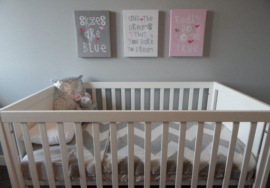 29. Spruchbilder an der Wand des Babyzimmers