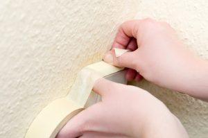Malerkrepp schützt Boden, Fenster, Türen, Steckdosen, Lichtschalter, Lampen und Möbel.