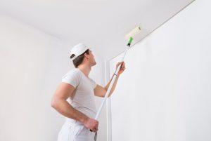 Mit der Walze kommt man leichter und vor allem wesentlich dichter an Wände heran.