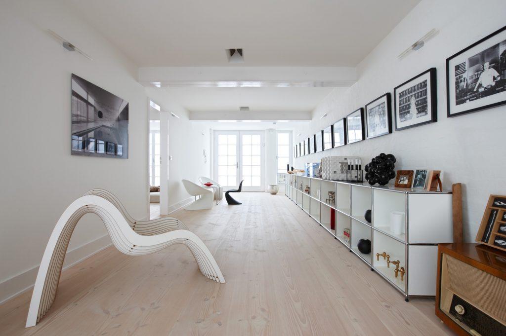 Dielenböden aus Douglasie mögen auch Einrichtungen in Weiß und Grau. (#1)