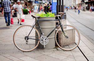 """Wild """"parkende"""" Fahrräder stellen oft nicht nur ein Verletzungsrisiko für Passanten dar. Für Touristen entsteht leicht der Eindruck einer """"verwahrlosten"""" Stadt, wenn derlei pittoresker Straßenschmuck überhand nimmt. Öffentliche Fahrradständer - eine einfache und kostengünstige Ausführung des Stadtmobiliars - schafft leicht Abhilfe. Auch dei Fahrradfahrer selbst sind dafür dankbar, erleichter das Stadtmobiliar Fahrradständer doch das sichere Abstellen und leichte Anketten des eigenen Drahtesels. (#2)"""