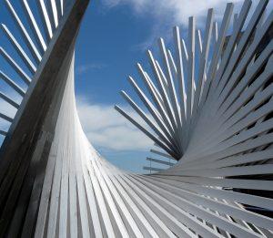 Die Gestaltung prominenter Plätze in der Stadt ist oftmals Chance und Herausforderung zugleich. Besonders gelungen sind solche projekte, die neben der sinnvollen und akzentuierenden Ausstattung der öffentlichen Plätze mit Stadtmobiliar auch eine kreative Platzierung von Kunstobjekten und Installationen verbinden, wie man es am Beispiel der Hans Arp-Skulptur auf dem Rathausplatz der Stadt Mainz sehen kann. (#3)