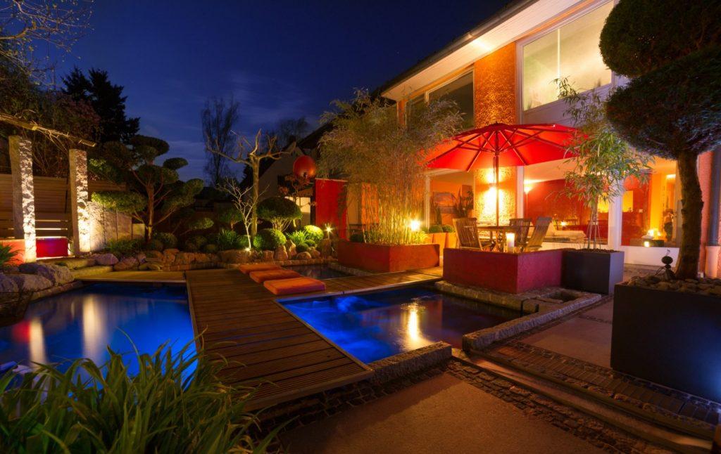 Beleuchten einzelner Bereiche mit dem LED-Strahler als Blickfang im Garten. (#1)