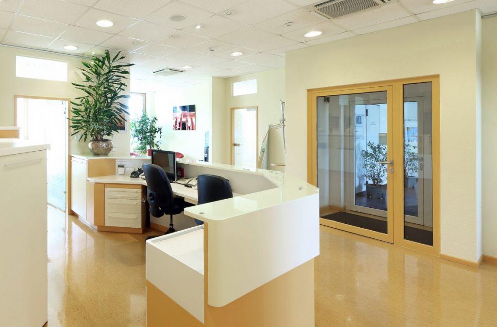 Empfang einladend gestalten: Verwendung warmer Farben und eine offene Raumgestaltung. (#3)