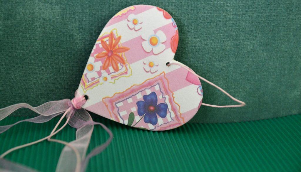 Mit unserer dritten Idee basteln wir schon ein wenig mehr. Das Herz für den Frühling entdecken wir entweder als farbenfrohe und mit Blumen bedruckte Schachtel in der Papeterie - oder wir kaufen oder basteln eine neutrale herzförmige Schachtel und bekleben diese mit dünnem und gut formbaren Papier, welches die Herz-Schachtel sodann mit lieblichsten Herzen schmückt. (#3)