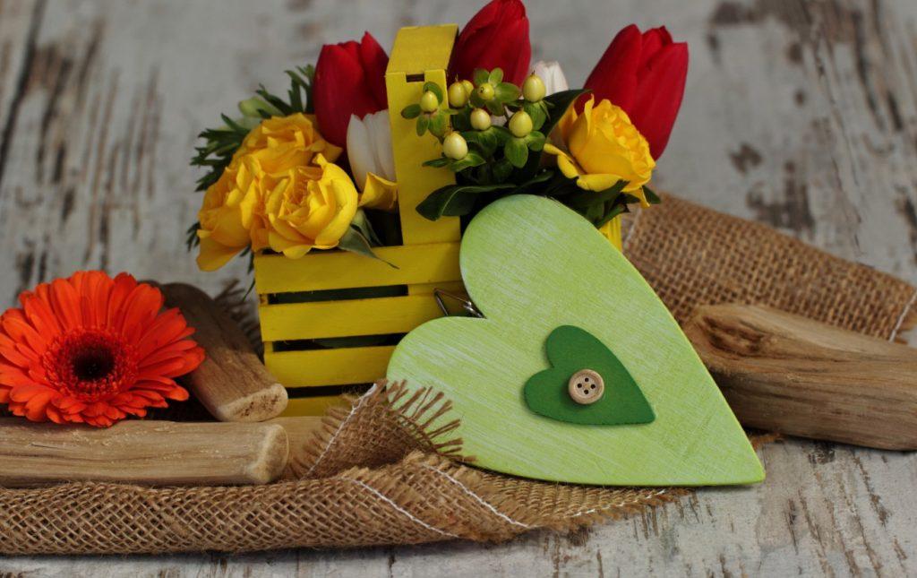 Unsere 4. Idee ist etwas für Verzierungs- und Detailverliebte. Ein Herz, ganz viel Natur und bunte Blumen. Das gelbe Holzkörbchen haben wir gekauft. Wir gestehen es ein. Die gr+ne Schachtel in Herzform stammt auch aus dem Laden. Aber der Rest ist selfmade. Jedenfalls fast alles. (#4)