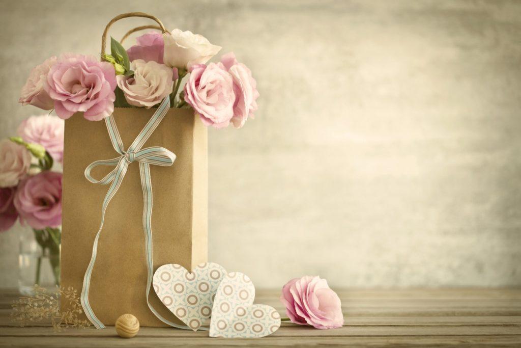 bei unserer 8. Idee dürfen rosa Rosen natürlich nicht fehlen. Rosen in hellen Rot- oder Rosé-Tönen schlagen eine Brücke vom Frühlingsschmuck zum Hochzeitsbukett. Jaaa, und sie öffnen uns das Herz. Wenn es mal nur der Duft alleine wäre. Es ist auch die Farbe. Seien wir doch mal ehrlich. Da kommt noch das Mädel in unserem Herzen durch, oder? So ein klein bisschen Liebe für diese Farbe haben wir uns doch alle bewahrt, oder? Und an eine Hochzeit denken wir doch alle gern... (#8)