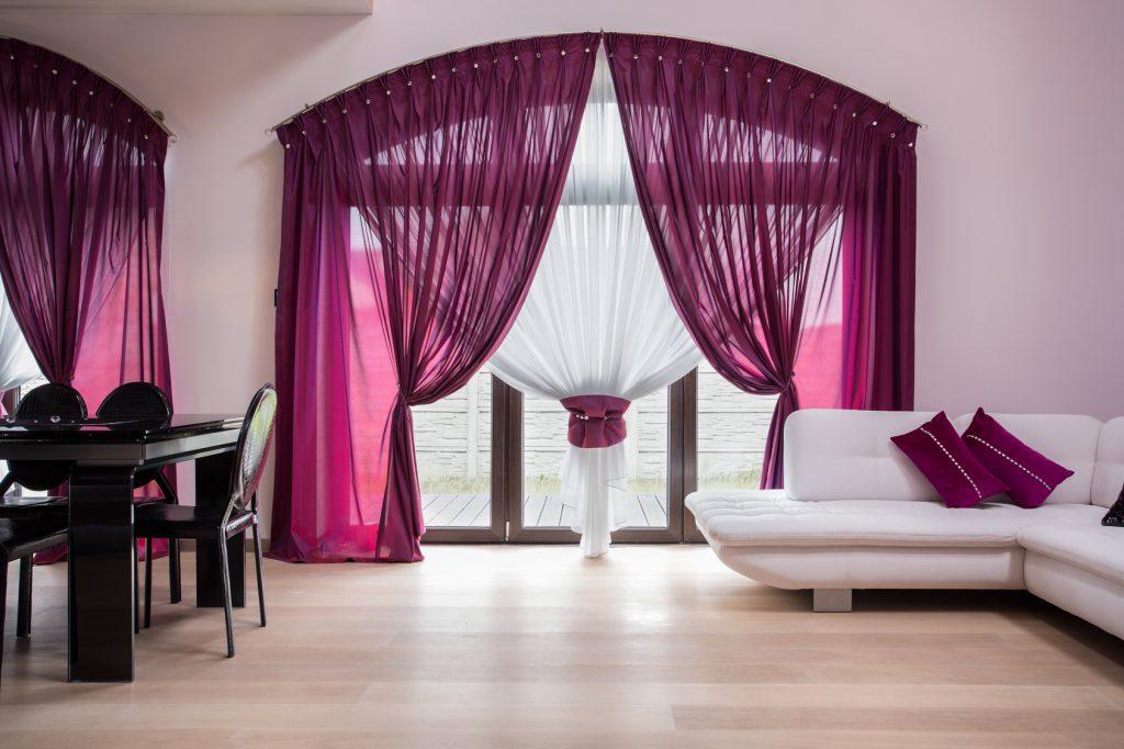 Dunkle Übergardinen: Während die Grundlage durch weiße Gardinen gelegt wird, lassen sich hier Übergardinen oder Vorhänge in ganz unterschiedlichen Farbtönen variieren. (#03)