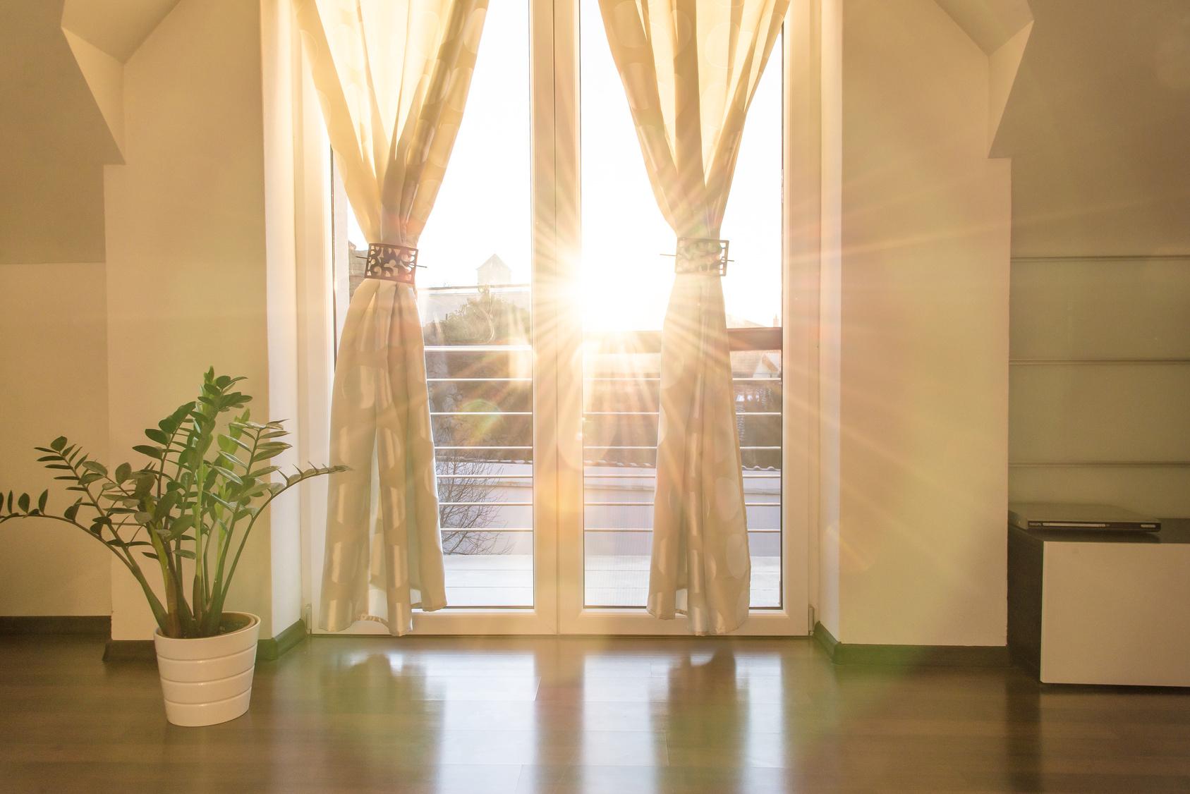 gardinen wohnzimmer 2016:Gardinenschmuck ist immer ein Hingucker: Die Gardinenbrosche