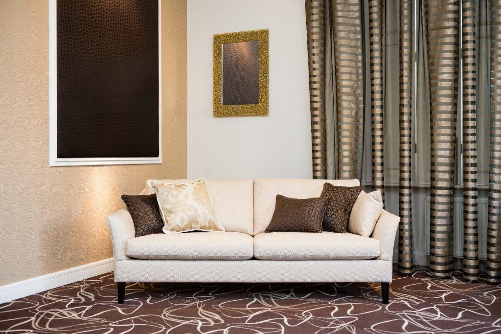 Dunkle Töne im Wohnzimmer. Als Gegensatz dann auf helle Möbel setzen.