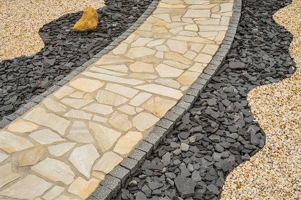 Gartenweg aus Natursteinplatten im Steingarten diagonal Ob euch das auch gefallen könnte