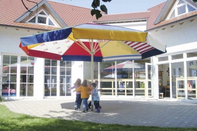Sonnenschirm bunt: Sonnenschutz und Dekoartikel gleichzeitig. (#05)