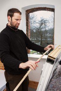 Die Fensteröffnungen in einem Altbau sind meist weniger genau und nicht so regelmäßig, daher müssen Sie verschiedene Maße berücksichtigen. (#01)