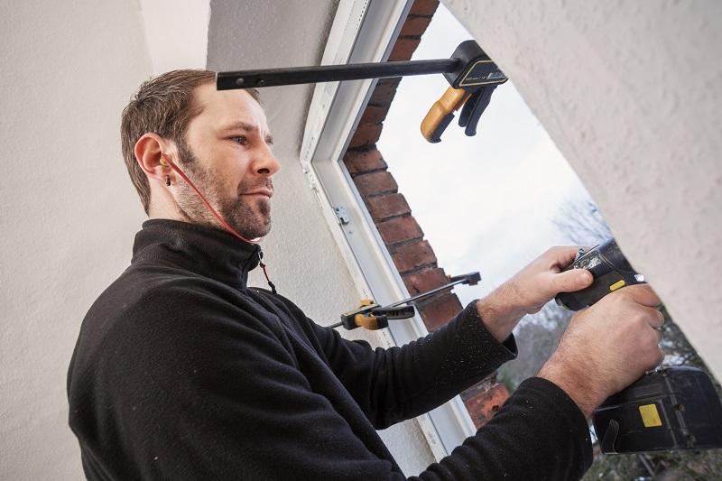 Verschrauben Sie den Fensterrahmen mit der Wand – meist sind die Befestigungslöcher im Rahmen bereits enthalten. Wenn nicht, müssen diese vorsichtig gebohrt werden. (#04)