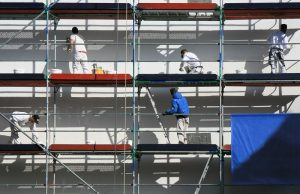 Fassadensanierung: Wer die Fassade also neu streichen möchte, der sollte zunächst einmal prüfen, ob der Putz überhaupt noch intakt ist. (#01)