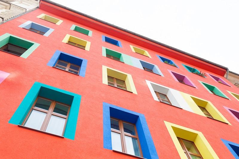Buntes Haus: Hier tritt die Grundfarbe in den Hintergrund. Knallige Fensterumrandungen sind das Highlight. (#05)