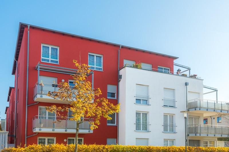 Farbkombi für die Fassade: Dunkle Grundfarbe mit weiß. (#04)