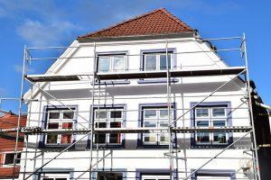 Altbausanierung: Kosten ein Einfamilienhaus mit einer Fassadenfläche von etwa 180 Quadratmetern gestrichen, belaufen sich die Kosten auf rund 1300 bis 13500 Euro. (#02)