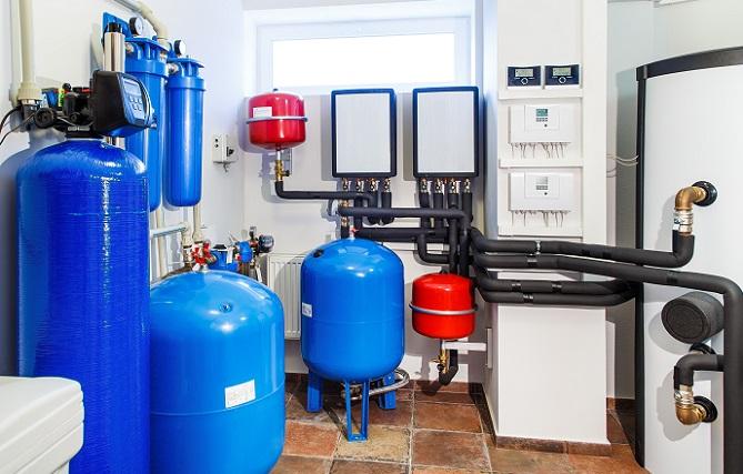 Falls der Ausgleichbehälter Druck verliert, dann kann sich dies auch auf das Wasser auswirken. Das Nachfüllen des Wassers ist unbedingt notwendig. Wenn nicht ausreichend Wasser in der Heizungsanlage vorhanden ist, geht ebenfalls der Druck verloren und es kann nachhaltig zu Schäden an den Rohren kommen. (#02)