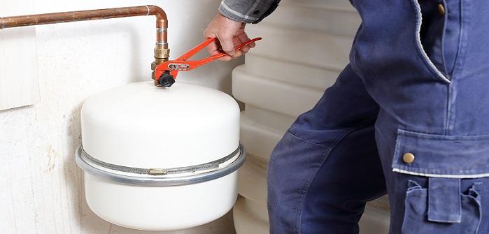 Ausgleichsbehälter verliert Druck: Ursachen, Tipps & Hilfe