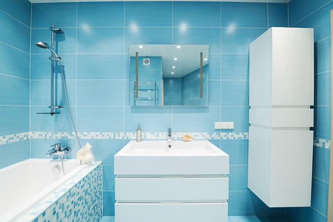 Die Farbgebung mit Blau und Weiß gibt dem Badezimmer ein maritimes Flair. Die quer gesetzten Wandfliesen geben dem Raum ein wenig optische Breite, die ihm wirklich guttut, denn hier handelt es sich wieder einmal um das typische Bild eines kleinen Bades.